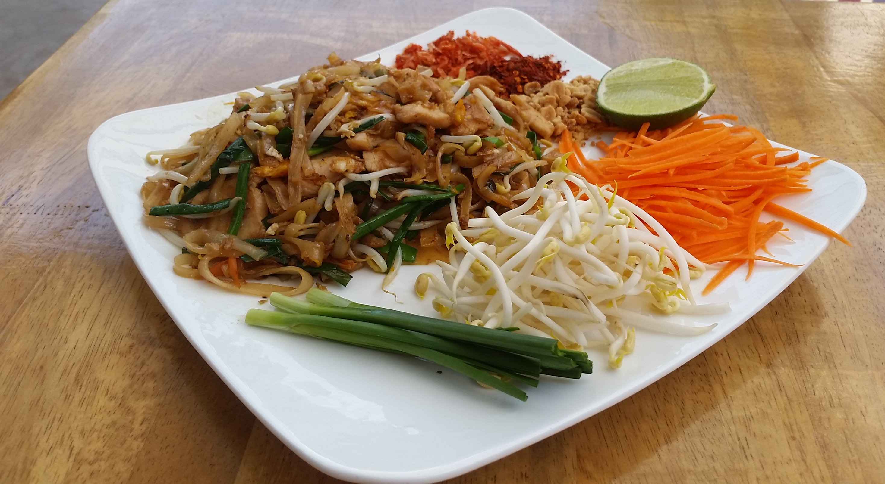 7-Steps to Properly Eating Pad Thai - Luxe Voyage Asia